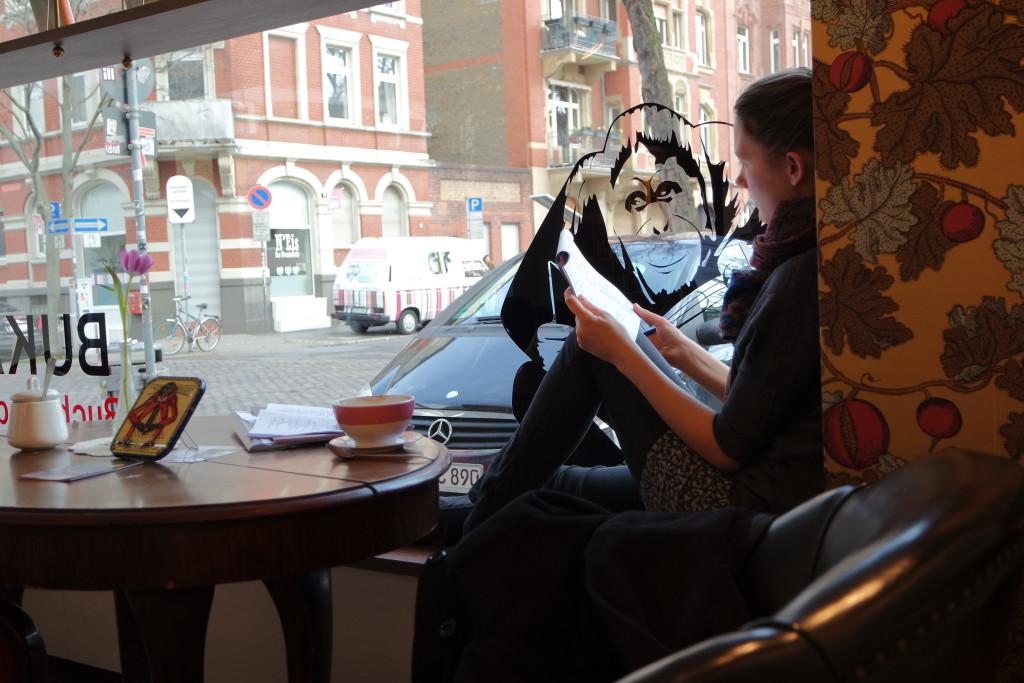 Lesen, Chillen, Kaffee trinken und aus dem Fenster gucken. All das geht im Bukafski. Und Bücher kaufen, natürlich auch!