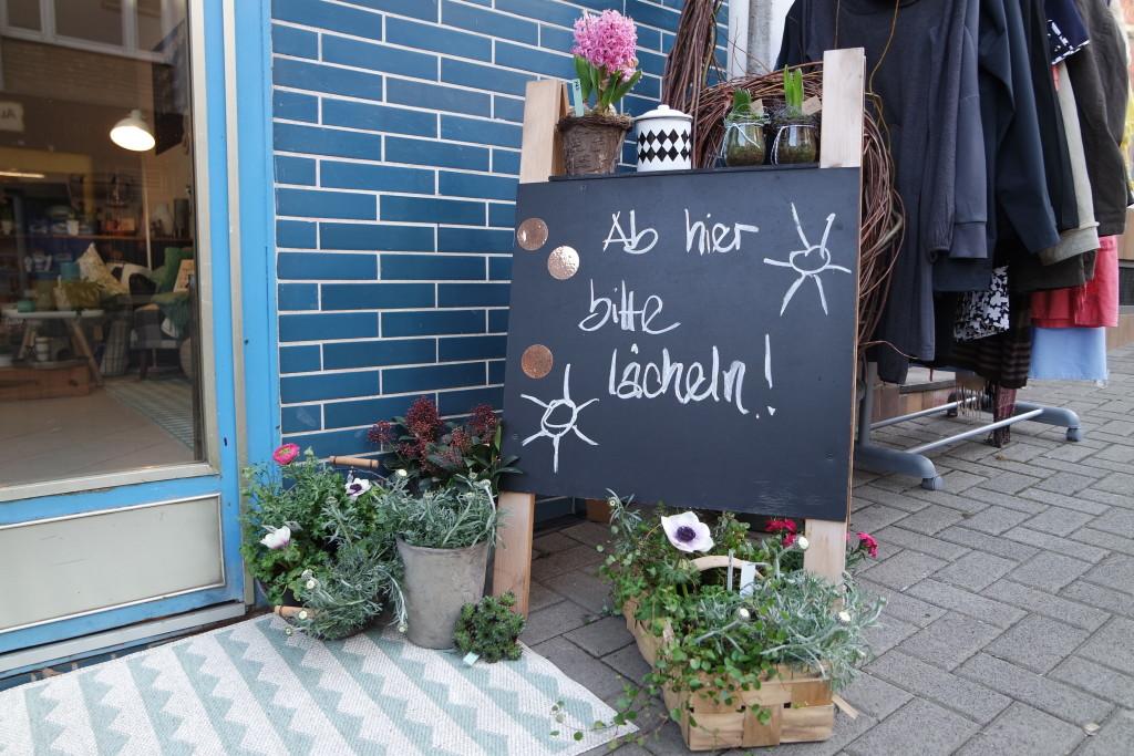 Ab hier bitte lächeln - Wer den Laden betritt, tut das ohnehin!