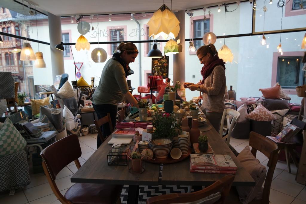 Workshops und Events jeglicher Art finden am großen Tisch im Mittelpunkt des Ladens statt