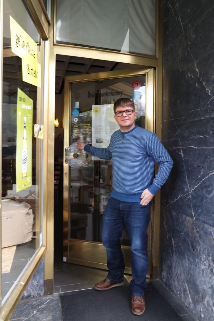 Hereinspaziert! Michael Reinfrank ist Gründer und Betreiber der Weinraumwohung in der Mainzer Neubrunnenstraße.