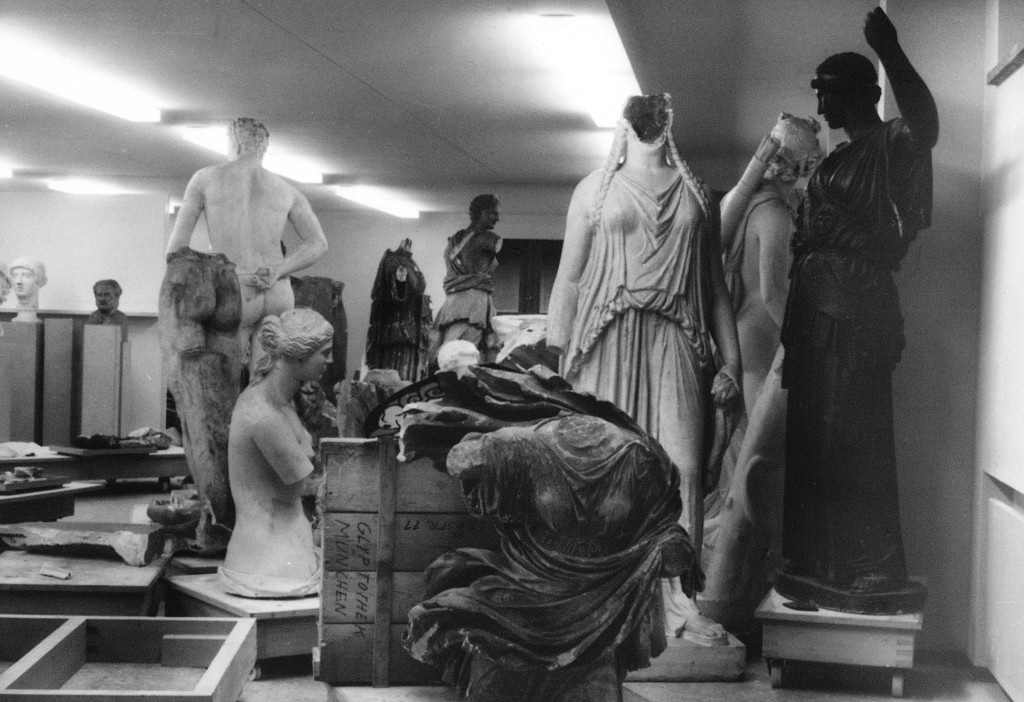 """""""Wie Phönix aus der Asche"""" – eine Aufnahme der Gipse (um 1968) in ruiniertem Zustand  (Foto: © Johannes Gutenberg-Universität Mainz, Klassische Archäologie)"""
