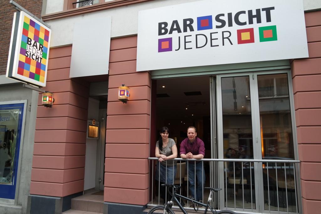 """Marina und Andreas sind beide im Vorstand des LBSK e.V. , der die """"Bar jeder Sicht"""" betreibt."""