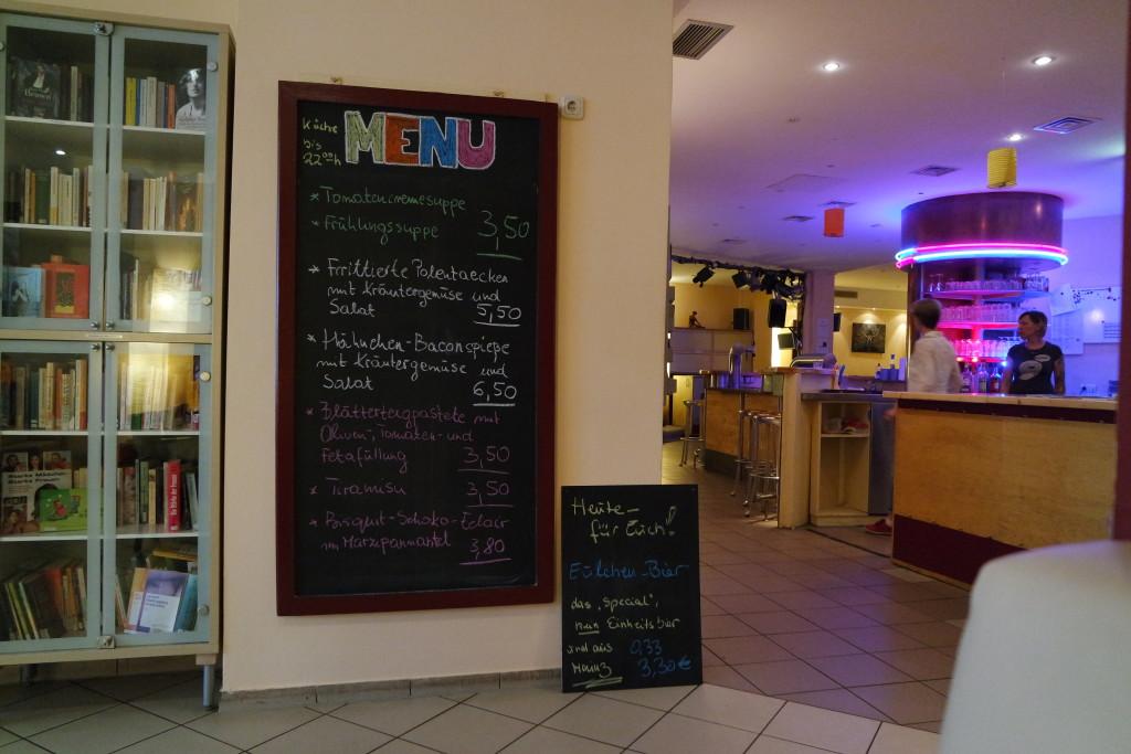 Kulinarisch wird ebenfalls viel geboten, in der Bar jeder Sicht!