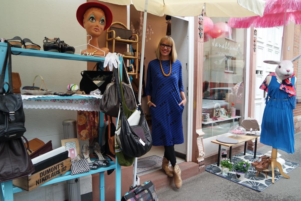 Jana vor ihrem Laden in der kleinen Scharngasse