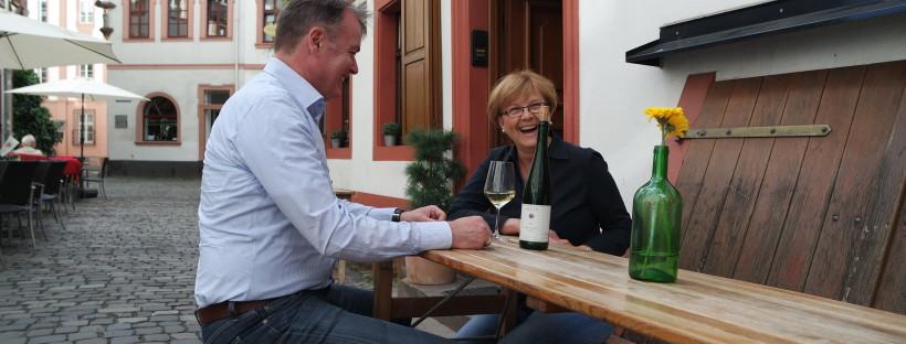 Roland und Silvia Ladendorf genießen die Ruhe vor der Öffnung des Weinhauses.