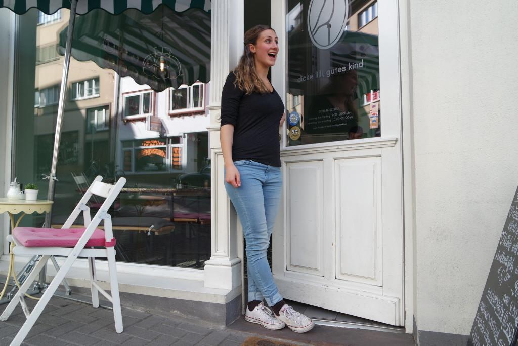 """Ein warmes Willkommen: Vera vor der """"dicken lilli""""."""