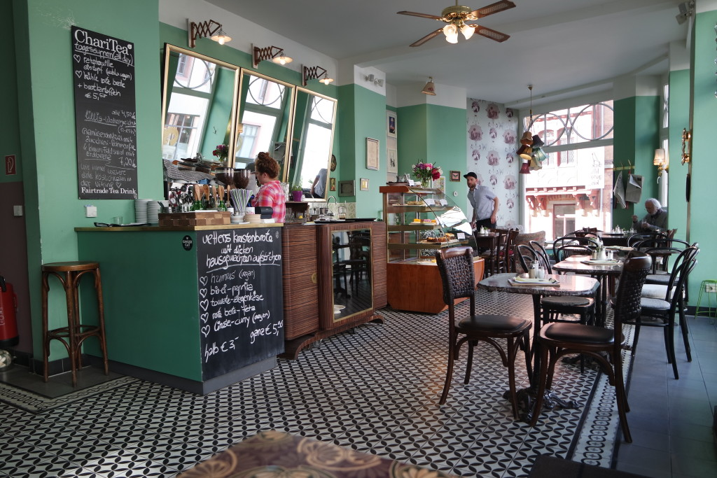 """Einzigartig gemütlich, das Café """"dicke lilli, gutes Kind"""", in der Mainzer Gaustraße."""
