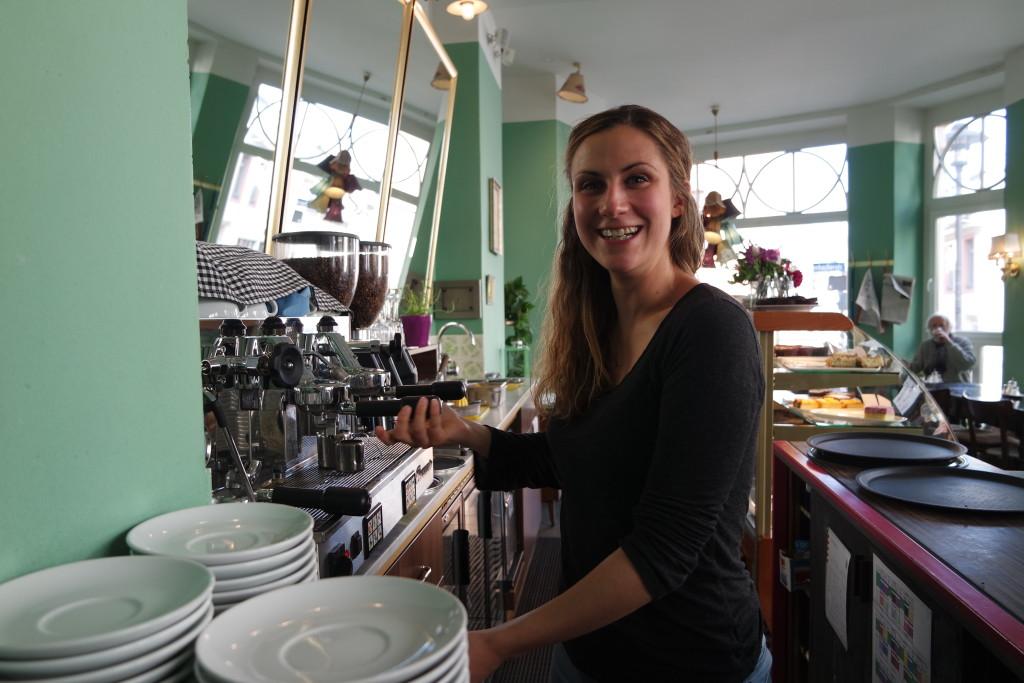 """Vera packt gerne und regelmäßig mit an, in ihrem Café """"dicke lilli, gutes Kind"""""""