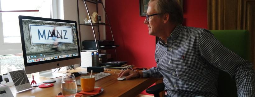 Am Schreibtisch erfolgt das Fein-Tuning der Mainz-Quadrate.